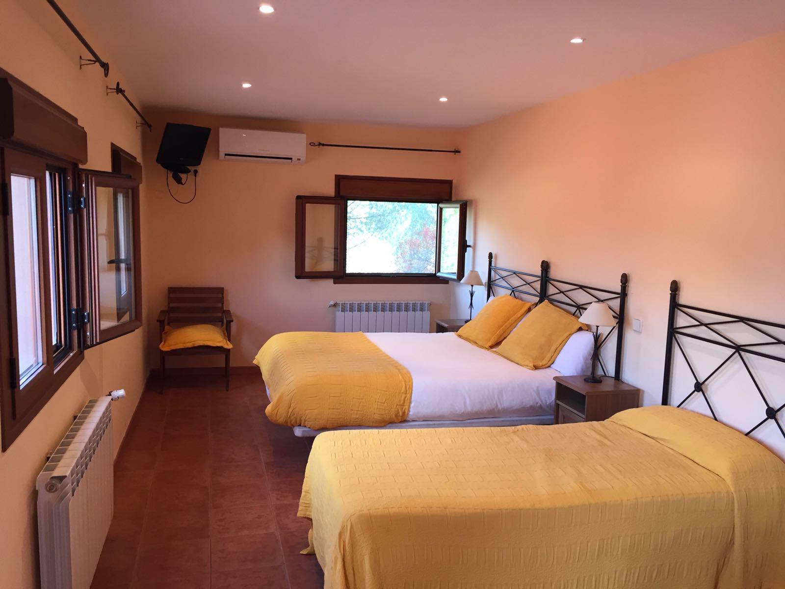 habitacion triple, cama de matrimonio grande, cama individual